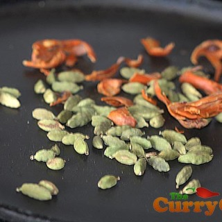 Making cardamom and mace powder